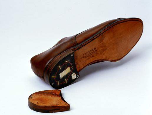 Spy Gadget Ala James Bond_SHOE WITH HEEL TRANSMITTER_Ngelag.com