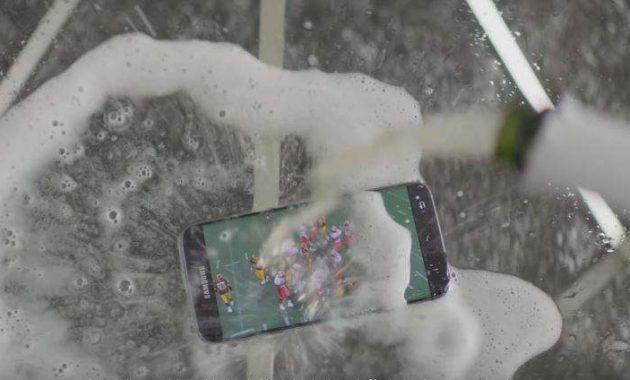 Samsung Galaxy S7 Bisa Masuk Akuarium dan Disiram Sampanye