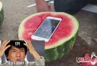 iPhone 6s dimasukan kedalam semangka